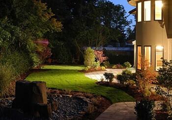 O verde da grama reluz sobre a composição dando vida ao ambiente.